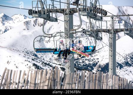 El Tarter, Andorra : 2021 Febraury 2 : jóvenes en telesilla que se dirigían a la estación de esquí de Grandvalira en Andorra en 2021