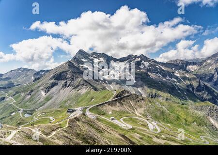 Vista de la montaña de serpenteante serpentina vista de la carretera alpina desde Edelweissspitze en Grossglockner Austria
