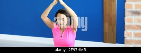 Mujer haciendo ejercicio con levantar las manos