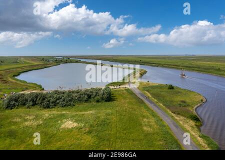 Vista de drones con el lago de baño Greetsiel y el paisaje en el Leyhoerner-Sieltief, Greetsiel, Baja Sajonia, Alemania, Europa