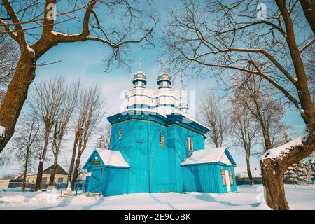 Staraya Belitsa, Uritskiy Sel'sovet , Región de Gomel, Bielorrusia. Antigua Iglesia Ortodoxa de madera de San Nicolás el Wonderworker en el día de nieve soleado de Invierno.