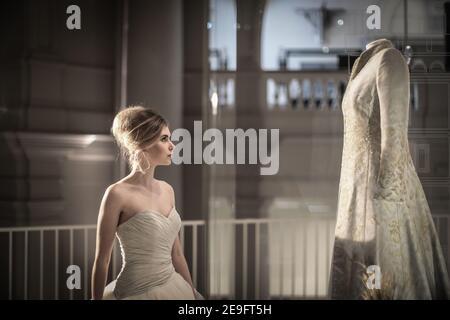 Modelo Jenny Obispo admirando el vestido usado por Lady Camilla Parker Bowles en su servicio de bendición por su matrimonio con el Príncipe Carlos. Pulse día befo