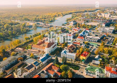 Pinsk, región de Brest, Bielorrusia. Ciudad de Pinsk ciudad en la mañana de otoño. Vista de pájaro de la Catedral de nombre de la Bienaventurada Virgen María y el Monasterio