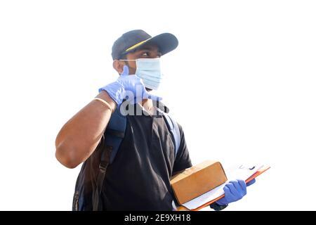 el hombre de la entrega que sostiene la caja y que hace el gesto de llamarme