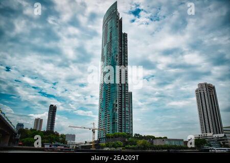 Bangkok, Tailandia 08.20.2019 el Condominio del Río en las orillas del majestuoso río Chao Phraya