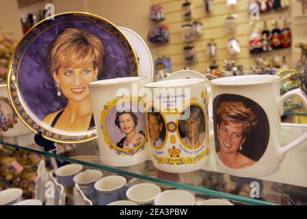 Souvenirs en las tiendas de Windsor, jueves 7 de abril de 2005 para la próxima boda entre el Príncipe Carlos de Gran Bretaña y Camilla Parker Bowles, después de una serie de contratiempos aparentes plagaron los planes incluyendo un aplazamiento de 24 horas debido al funeral del Papa y un pronóstico de la posible Nevada en el día. La boda real se celebra en una ceremonia civil en el Guildhall de Windsor el sábado 9 de abril de 2005. Mousse/ABACA