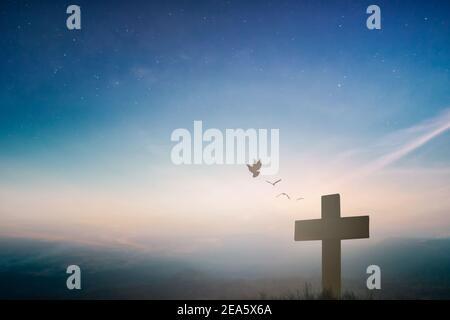 Silueta crucifijo de jesucristo en la cruz en el calvario puesta de sol fondo concepto para el viernes Santo se ha levantado en el día de pascua, el viernes Santo culto en Dios,