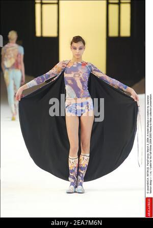 © Java/ABACA. 56739-22. ParisFrance, 3 de marzo de 2004. Un modelo muestra una creación del diseñador de moda japonés Issey Miyake para su presentación de la colección de otoño-invierno 2004-2005 Ready-to-Wear.