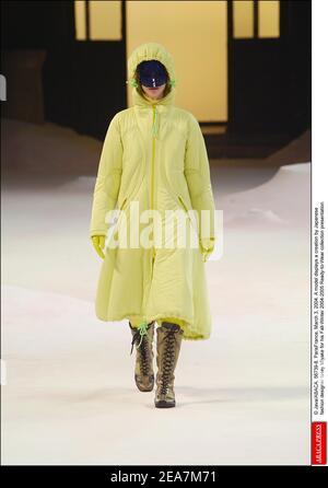 © Java/ABACA. 56739-8. ParisFrance, 3 de marzo de 2004. Un modelo muestra una creación del diseñador de moda japonés Issey Miyake para su presentación de la colección de otoño-invierno 2004-2005 Ready-to-Wear.