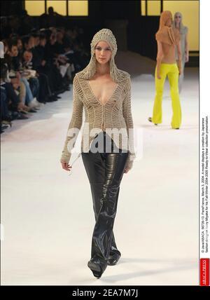 © Java/ABACA. 56739-13. ParisFrance, 3 de marzo de 2004. Un modelo muestra una creación del diseñador de moda japonés Issey Miyake para su presentación de la colección de otoño-invierno 2004-2005 Ready-to-Wear.