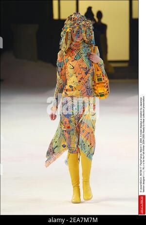 © Java/ABACA. 56739-17. ParisFrance, 3 de marzo de 2004. Un modelo muestra una creación del diseñador de moda japonés Issey Miyake para su presentación de la colección de otoño-invierno 2004-2005 Ready-to-Wear.