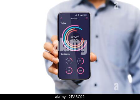 Hombre con smartphone con aplicación de análisis de datos e informe de actividad En pantalla
