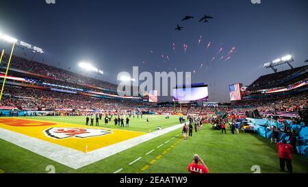 Tampa, Estados Unidos. 07 de febrero de 2021. Los bombarderos del comando Global Strike de la Fuerza Aérea estadounidense realizan un sobrevuelo durante el Super Bowl LV en el estadio Raymond James 7 de febrero de 2021 en Tampa, Florida. Crédito: Planetpix/Alamy Live News