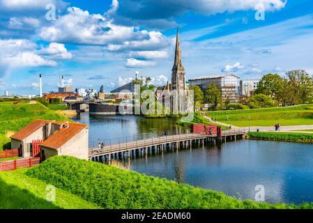 Iglesia de San Alban situada junto a un foso en Copenhague, Dinamarca.