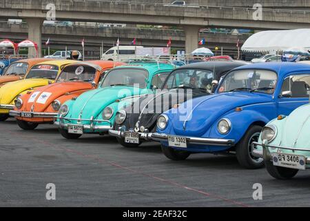 Tailandia, Bangkok: Fila de VW Beetles en el Siam VW Festival, una reunión de coches clásicos para el Volkswagen refrigerado por aire.