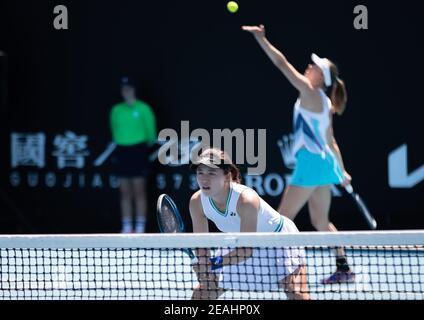 Melbourne, Melbourne, Australia. 10 de febrero de 2021. Zhu Lin (frente)/Mona Barthel compiten durante el partido femenino de dobles de primera ronda entre Zhu Lin (China)/Mona Barthel (Alemania) y Aliaksandra Sasnovich (Bielorrusia)/Marta Kostyuk (Ucrania) en el Abierto de Australia en Melbourne Park, Melbourne, Australia el 10 de febrero de 2021. Crédito: Hu Jingchen/Xinhua/Alamy Live News