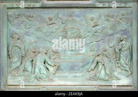 Asunción de la Virgen María, panel de la escuela de Giambologna, situado en el portal central de la Catedral Santa María de la Asunción en Pisa, Italia