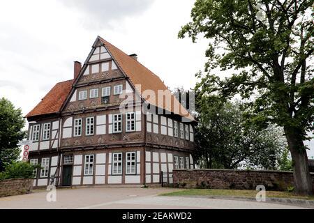 Edificio histórico de oficinas antiguas, artísticamente decorado con entramado de madera, Blomberg