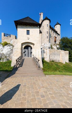 Medieval gótico real Bobolice Castillo situado en el Jurásico Polaco Highland, Bobolice, Silesia, Polonia