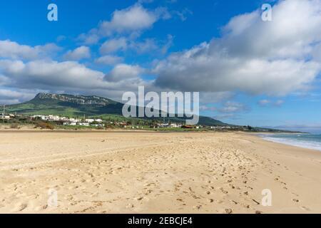Una vista de la Playa de Bolonia y el Montaña Chaparral en la Costa de la Luz de Andalucía