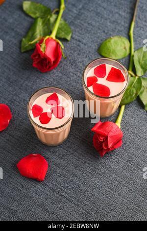 Leche de rosa, Rosa batido, Gulab Shake con pétalos de rosa Valentina India día bebida con corazón en forma de flores de color rojo de rosa Kerala. Fresa batido de leche Foto de stock