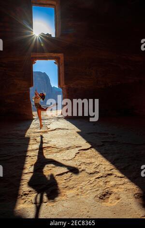 Bailando dentro de la Tumba Corinthiana y la Tumba del Palacio de las Tumbas reales en la ciudad de rock de Petra. La Tumba de Urn de las Tumbas reales en la ciudad de rock