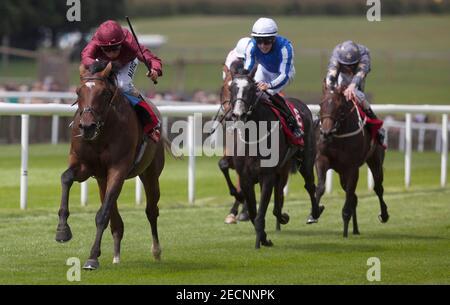 Carreras de caballos - Newmarket Festival de julio - Newmarket Racecourse - 12/7/12 Shantaram montado por William Buick (L) gana el 13.20 la carrera de trofeos de Bahrein crédito obligatorio: Imágenes de acción / Julian Herbert Livepic