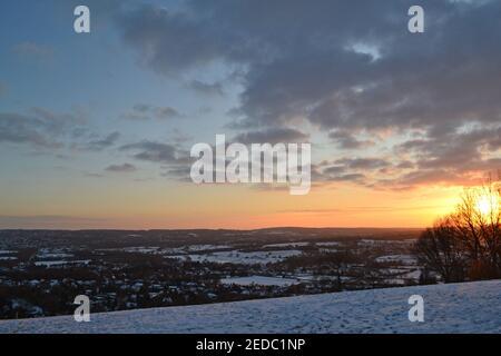 Hermosa puesta de sol y crepúsculo de Fackenden Down, Otford, Kent en condiciones de nieve, febrero