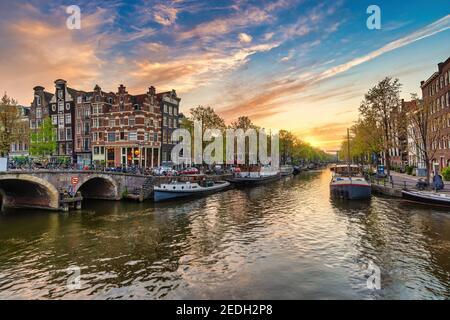 Amsterdam, Países Bajos, atardecer, el horizonte de la ciudad de casa holandesa en canal waterfront