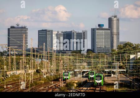 07.09.2020, Essen, Renania del Norte-Westfalia, Alemania - panorámica de la ciudad con la torre del Postbank, la sede central de Evonik y la torre RWE, delante de los trenes suburbanos en
