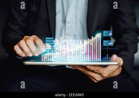 Empresario inversor analizando informe de fondo mutuo financiero de la empresa trabajando con la tecnología digital de gráficos de realidad aumentada.