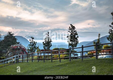 Una vista escénica del Parque Regional del Río Capilano rodeado de montañas al atardecer, North Vancouver, Canadá