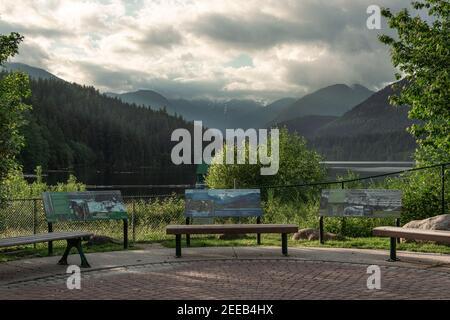 North Vancouver, Canadá - 11 de junio de 2020: Una vista panorámica del embalse de Cleveland Dam rodeado de montañas al atardecer, North Vancouver, Canadá