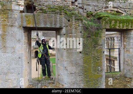 Stoneemason James Preston de la encuesta de conservación de SSH Kirby Hall en Corby, Northamptonshire, mientras el Patrimonio Inglés se prepara para llevar a cabo un trabajo vital de conservación. Foto fecha: Martes 16 de febrero de 2021.