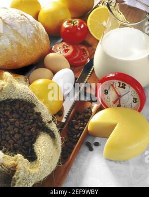 Vista de gran angular de un reloj despertador con ingredientes alimentarios