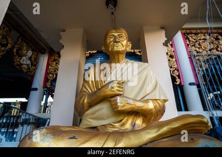 KOH SAMUI, TAILANDIA - 10 de enero de 2020: Estatua de Buda de Oro en el templo de Wat plai laem en koh samui tailandia.