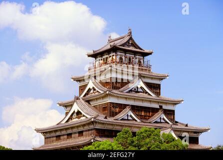 Vista de sección alta de un castillo, el Castillo de Hiroshima, Hiroshima, Japón