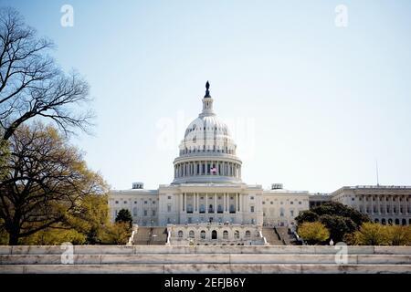 Vista de ángulo bajo del Capitolio de los Estados Unidos, Washington DC, EE.UU