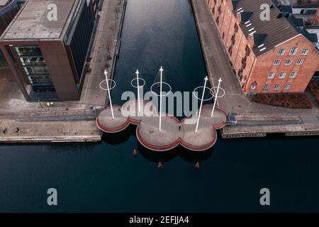 Copenhague, Dinamarca. 06 de abril de 2020. Cirkelbroen (el Puente Círculo) es un puente peatonal que abarca la boca sur del Canal Christianshavn en la zona de Christianshavn en el centro de Copenhague. El puente está diseñado por Olafur Eliasson.