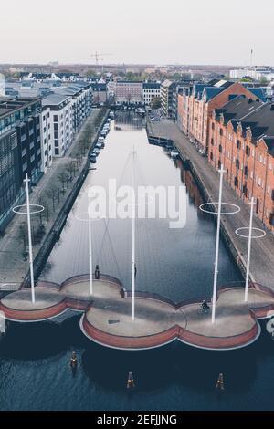 Copenhague, Dinamarca - 25 de abril de 2019. Cirkelbroen es un puente peatonal que abarca la boca sur del canal Christianshavn en la zona de Christianshavn, en el centro de Copenhague. El puente está diseñado por Olafur Eliasson.