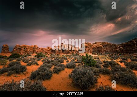 Nubes dramáticas sobre la sección de la ventana en el Parque Nacional Arches, Utah