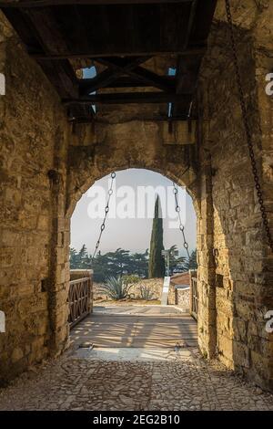 Puerta del puente levadizo del Castillo medieval de Brescia en Colle Cidneo