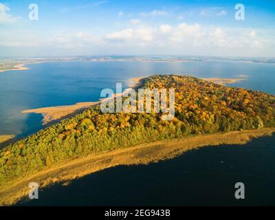 Vista de otoño colorida del lago Mamry y la isla Upalty - la isla más grande de Masuria, Mazury, Polonia