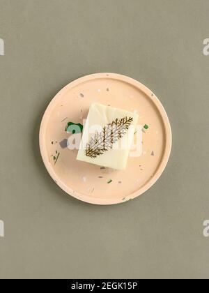 Jabón casero natural en una bandeja de hormigón