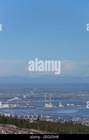 Vista lejana de Dublin Waste to Energy (planta Covanta), Poolbeg CCGT, Pigeon House Power Station visto desde el Castillo de Fairy (Montaña de dos rocas), Dublín Foto de stock