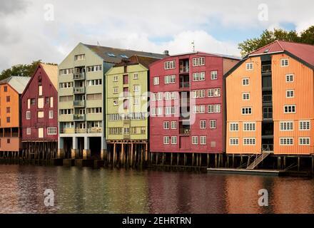 Coloridos edificios a lo largo del río nidelva, en Trondheim, Noruega.