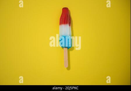 Rojo, Blanco y Azul Novedad helado bompop filmado sobre fondo amarillo, detener la acción de animación explotando como fuegos artificiales. Serie 1 de 8.