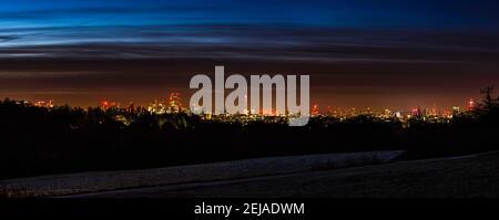 Vista panorámica durante el amanecer sobre el horizonte de Londres desde Hampstead Heath, Londres, Reino Unido