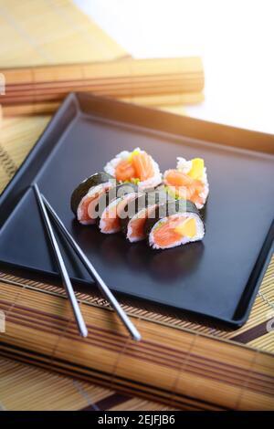 delicioso salmón y sushi de mango