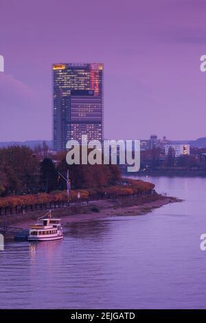 Deutsche Post Tower por el río Rhein al anochecer, Bonn, Renania del Norte-Westfalia, Alemania